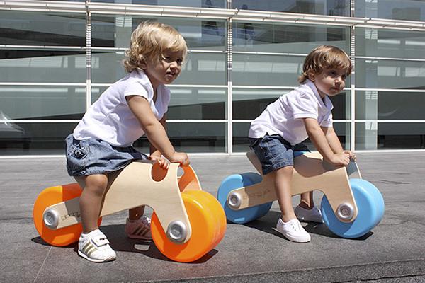 シンプルデザインの足けり乗用玩具『ビットバイク』