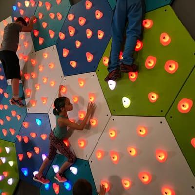 出典:GlowHolds Interactive Climbing System  . ELDORADO CLIMBING WALLS